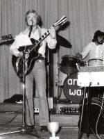 1973 als Bassist der Band anyway