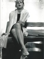 Eva Billisich, sitzend